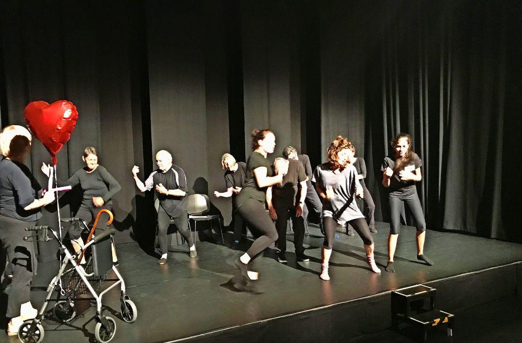 """Tanz im Altenheim: Jung und Alt    rocken   bei den Proben zur  """"Corpus Delicti – die Crux mit dem Körper""""   im Teatro  piccolo. Foto: Martin Haar"""