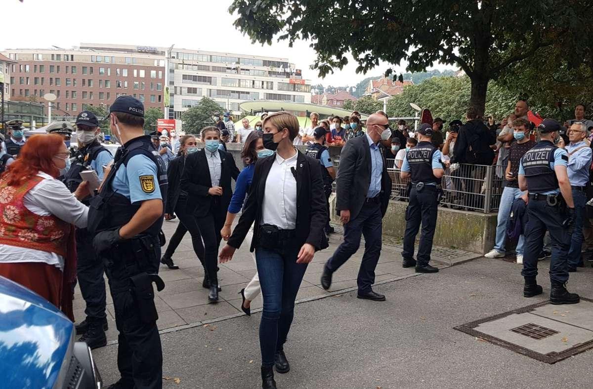 Die Polizei und Security-Mitarbeiter schützen die Grünen-Kandidatin. Foto: Andreas Rosar Fotoagentur Stuttgart