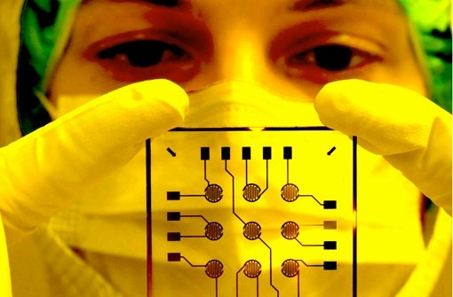 Ein Biochip für die Medizin wird kontrolliert. Gelten ebenso hohe Standards auch für die Expertisen, die an Politik und Öffentlichkeit gerichtet werden? Foto: dpa