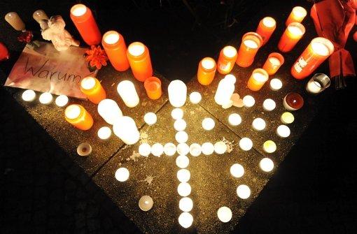 Brenndende Kerzen am Tag des Massakers in Winnenden. Foto: dpa
