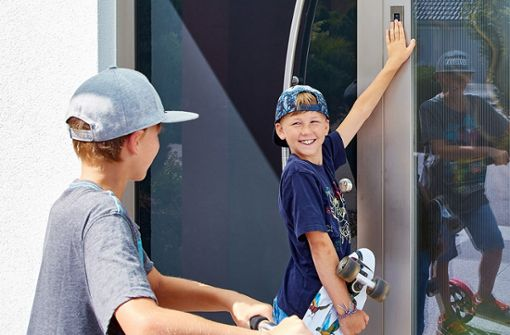 Kinder ab etwa sechsJahren können den ekey-Fingerprint intuitiv bedienen. Sie benötigen keine Hilfsmittel mehr, wie Schlüssel, Smartphone, Codes oder Karten, um die Haustür zu öffnen. Der Finger ist immer dabei.