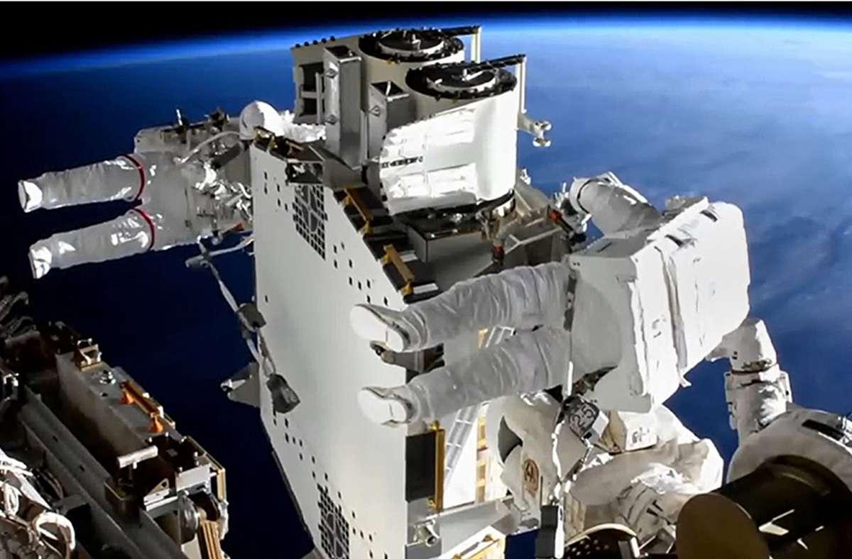 Shane Kimbrough (vorne), Nasa-Astronaut und Thomas Pesquet, Astronaut der Europäischen Weltraumorganisation (Esa), arbeiten bei einem Außeneinsatz an der Solaranlage der Internationalen Raumstation ISS. Foto: Nasa/dpa