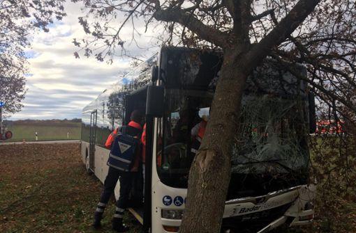 Bus und Auto kollidieren