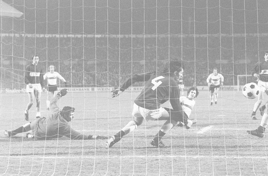 Bernd Martin (liegend) erzielt das 3:0 für den VfB gegen Dynamo Kiew im Neckarstadion. Foto: imago sportfotodienst