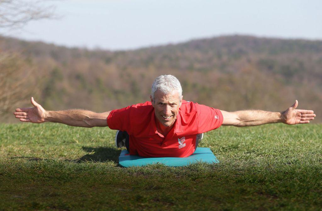 Bei der Übung ist es wichtig, auf langsame, fließende Bewegungen zu achten – dann ist eine Kräftigung der Schulter- und Rückenmuskulatur gewährleistet. Foto: Baumann