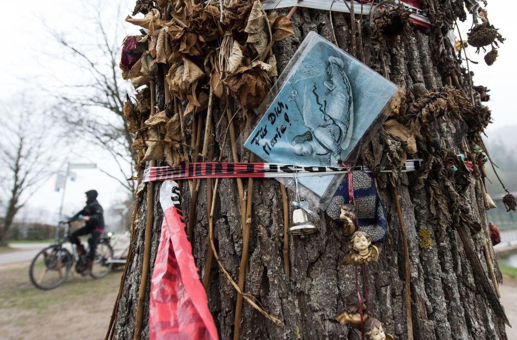 Spuren des Gedenkens in Freiburg, wo vor rund fünf Monaten eine Studentin ermordet wurde. Foto: dpa