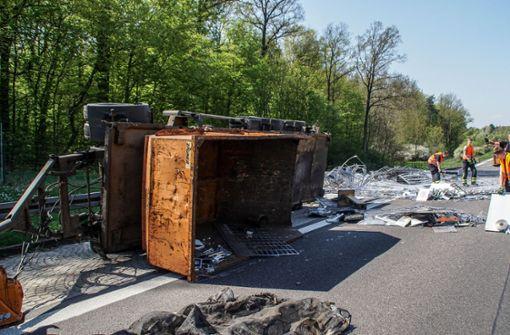 Vollsperrung nach Lkw-Unfall