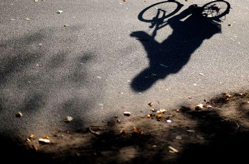 Radfahrer rammt Fußgängerin