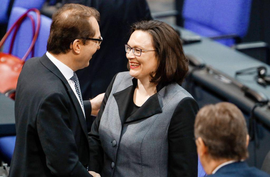 Keine Berührungsängste mit dem politischen Gegner: Andrea Nahles (rechts) schüttelt dem CSU-Landesgruppenchef Alexander Dobrindt die Hand. Foto: AFP