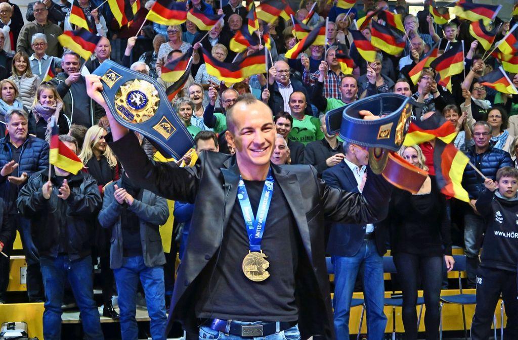 Der Weltmeister Frank Stäbler feiert im Sportzentrum Leinfelden. Mit dabei ist der Innenminister Thomas Strobel, für den der  Musberger der  größte Ringer aller Zeiten ist. Foto: Klein