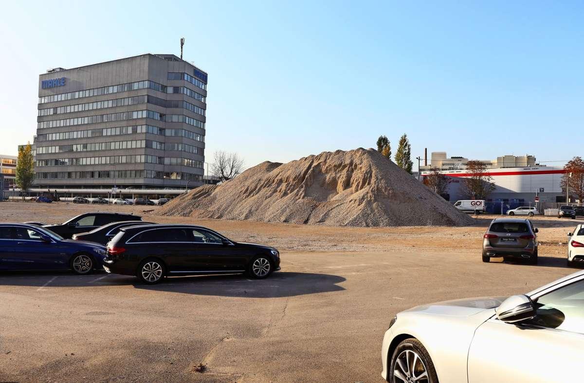 Das Gelände an der Heilbronner Straße in Feuerbach   nutzt Daimler derzeit nur  als Abstellfläche für Autos. Ursprünglich war dort eine neue Niederlassung des Autobauers geplant. Foto: Georg Friedel