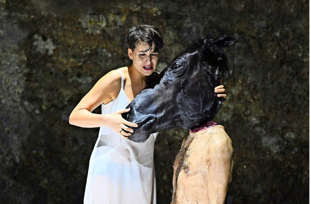 Asmik Grigorian singt eine grandiose Salome – hier mit Pferdekopf und Prophetenkörper. Foto: APA