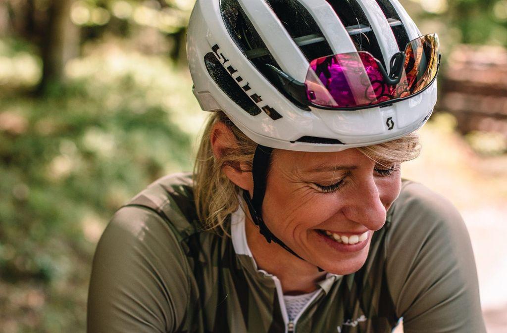 Conny Bucher sagt von sich, sie habe ein Helmgesicht. Dem können wir nur zustimmen. Und der Fotograf des Gran Fondo Magazins, der das Bild von ihr gemacht haben, sieht das wohl genauso. Foto: Privat