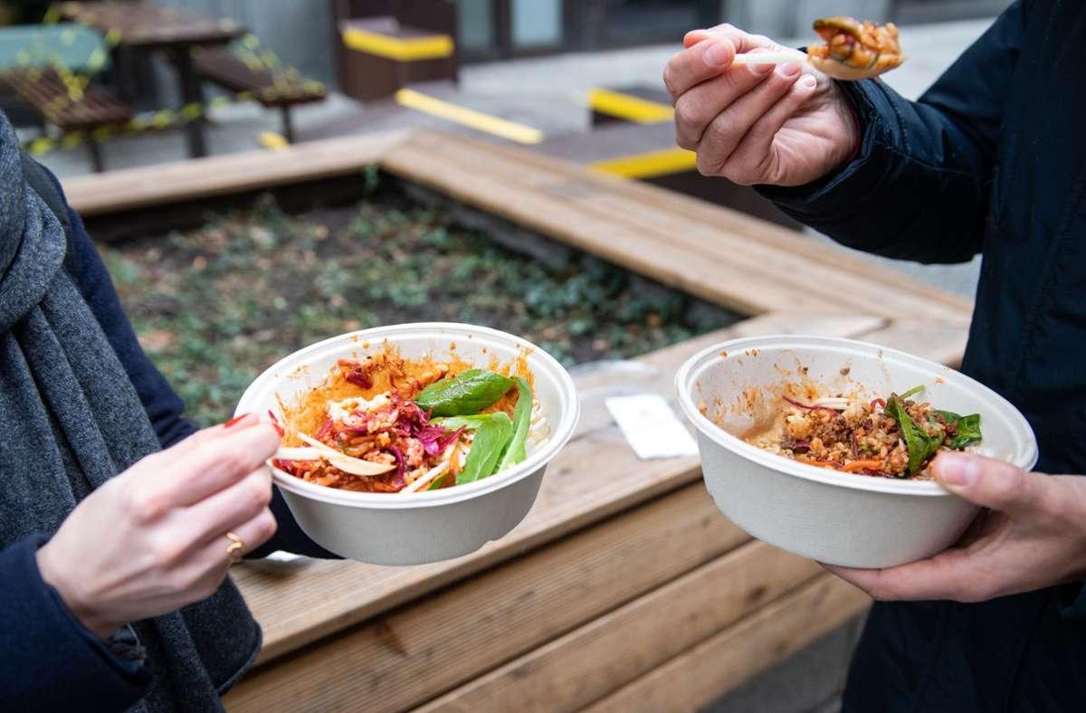 """Essen """"to go"""" aus Plastikschüsseln, die anschließend im Müll landen: Inzwischen gibt es durchaus Möglichkeiten, Take-Away-Essen plastikfrei zu bekommen. Foto: dpa/Bernd von Jutrczenka"""