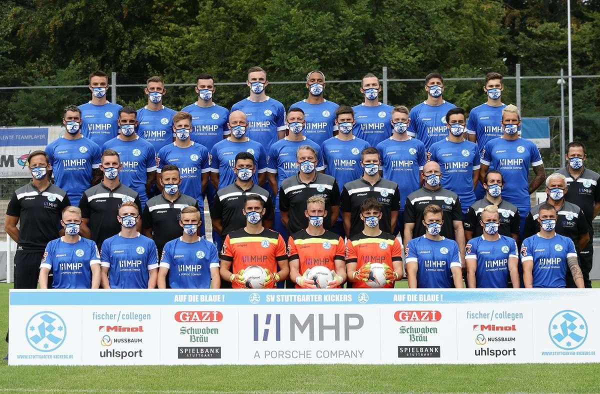 Die Spieler der  Stuttgarter Kickers präsentierten sich auf dem Mannschaftsfoto mit Maske. Foto: Pressefoto Baumann/Hansjürgen Britsch