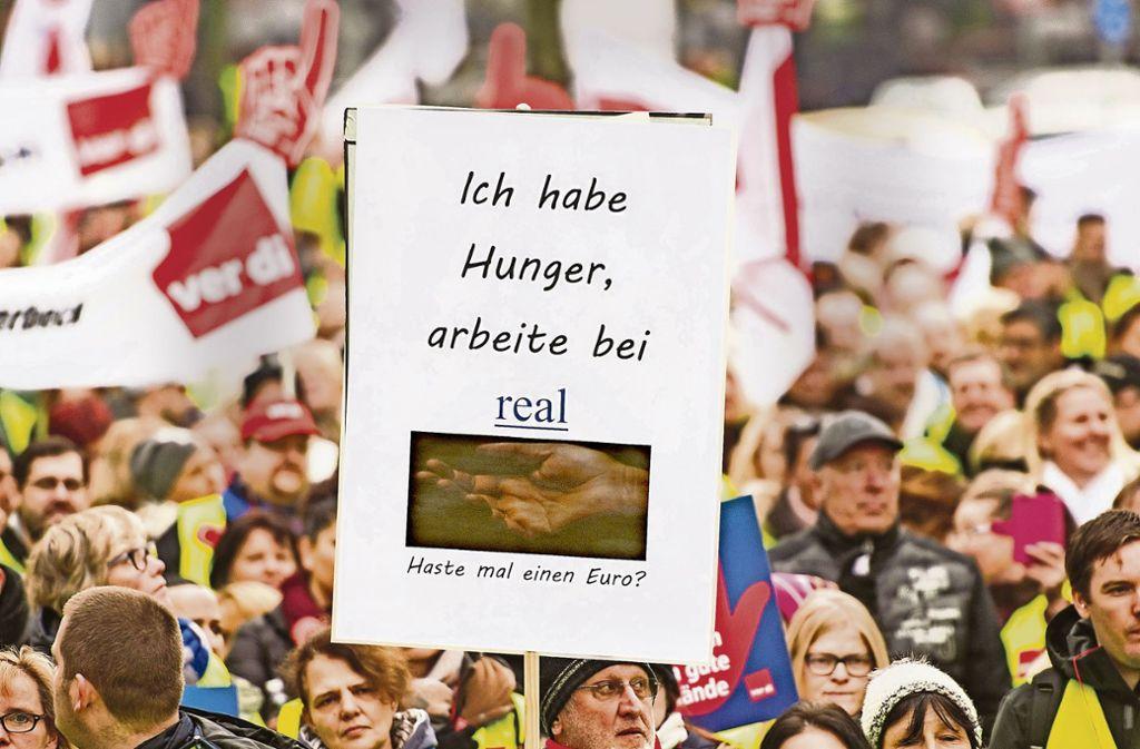 3000 protestieren vor der Düsseldorfer Zentrale des Metro-Konzerns. Foto: dpa