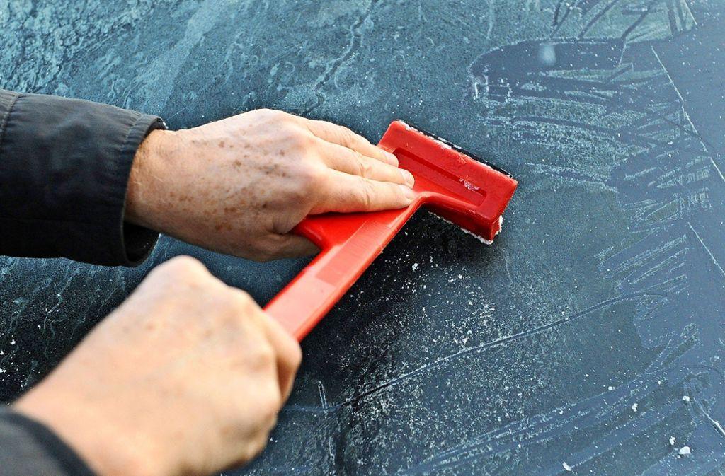 Und wenn es noch so mühsam ist: die Scheiben am Auto sollten stets komplett vom Eis befreit werden. Foto: dpa/Daniel Bockwoldt