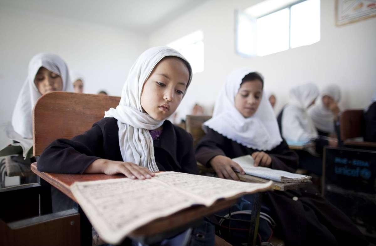Das Archivfoto zeigt Mädchen einer Schule in Masar-e Scharif in Afghanistan im Jahr 2011. (Archivbild) Foto: imago/photothek/Thomas Koehler/photothek.net