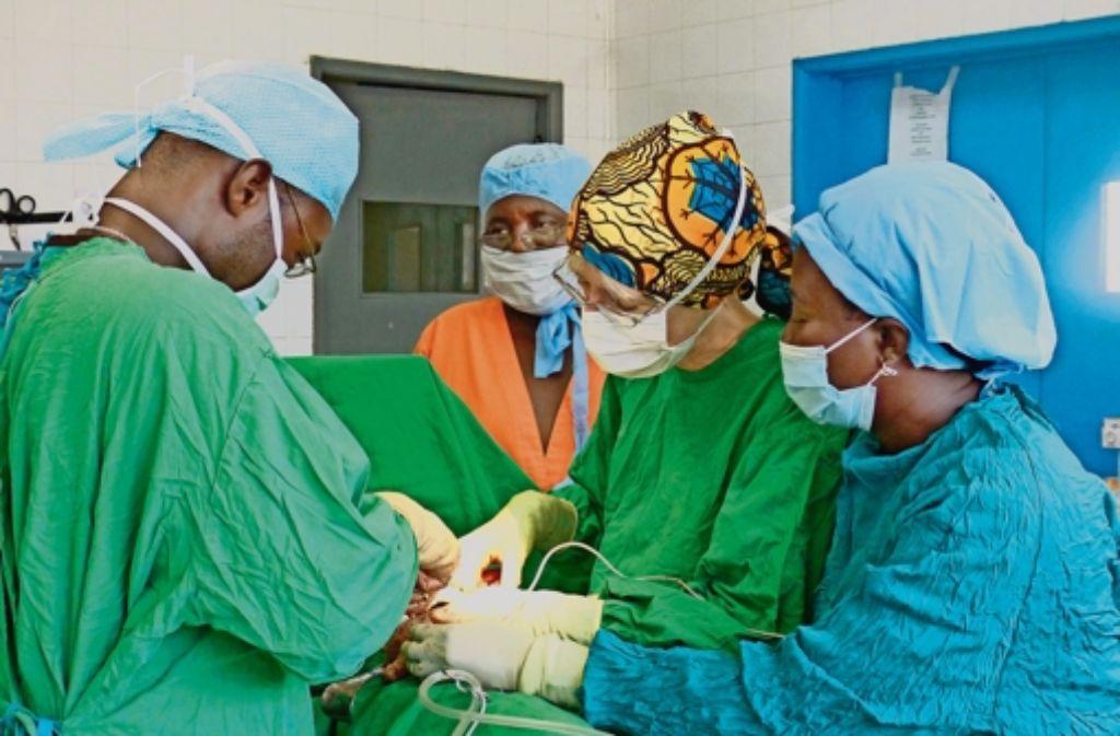 Sabine Waldmann-Brun bei einer OP in Sierra Leone, links zu sehen ist ein chirurgischer Auszubildender. Weitere Bilder gibt es in unserer Fotostrecke. Foto: privat