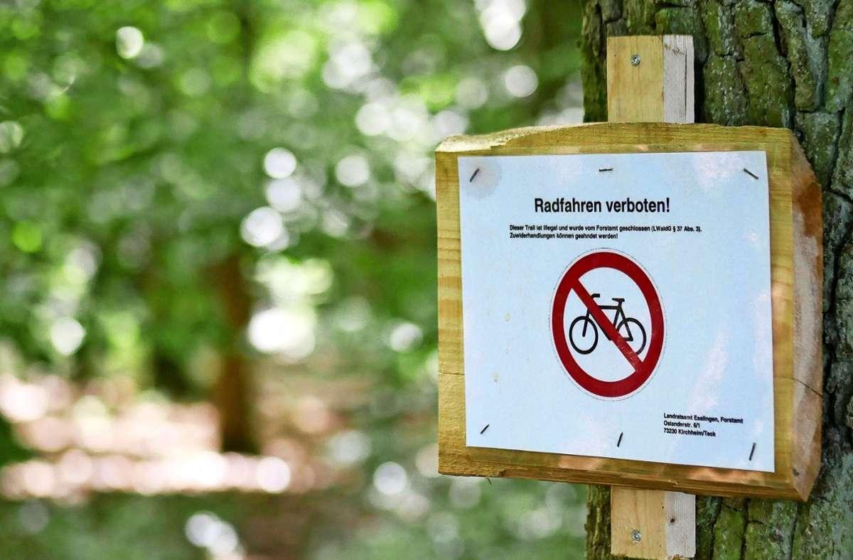 In Stetten haben Downhiller einen illegalen Trail angelegt. Das Landratsamt hat nun Schilder aufgehängt, die auf die Illegalität hinweisen. Dagegen wurde demonstriert. Foto: Eileen Breuer