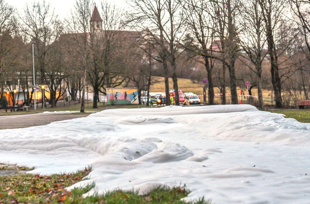 Die Polizei vermutet Reinigungsarbeiten in einem nahen Industriegebiet als Ursache. Foto: dpa/Jason Tschepljakow