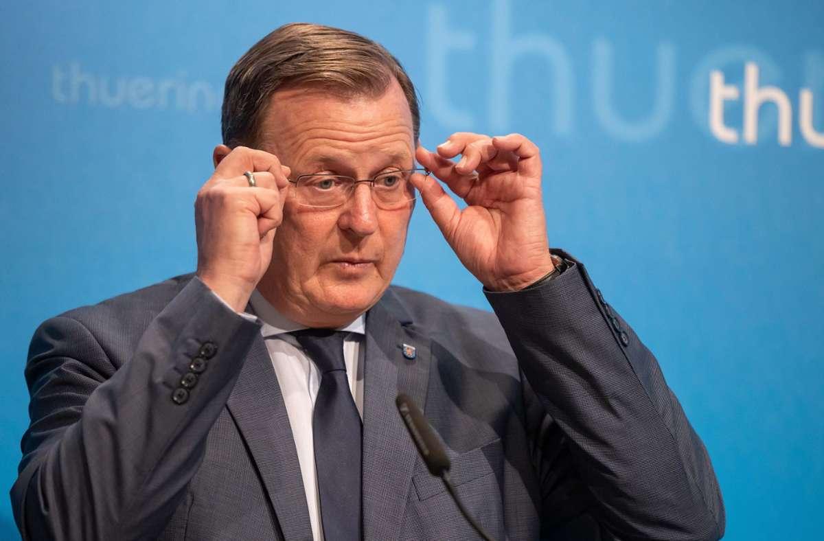 Bodo Ramelow zeigt dem AfD-Abgeordneten Stefan Möller den Mittelfinger. Foto: dpa/Michael Reichel