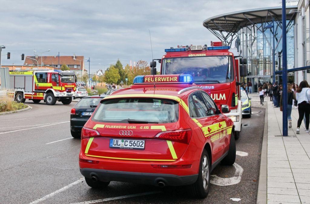 Rettungskräfte mussten sich am Sonntag bei einer Autogrammstunde von Lukas Rieger um zahlreiche Jugendliche im Blautal-Center in Ulm kümmern. Foto: dpa