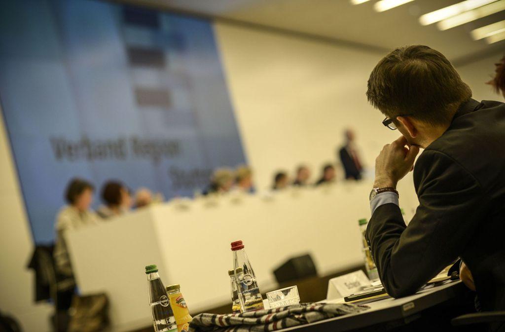 Die Regionalversammlung streitet über die Größe und die Finanzausstattung der Fraktionen – aber nicht wie hier in einer öffentlichen Sitzung, sondern hinter verschlossenen Türen. Foto: Lichtgut/Leif Piechowski