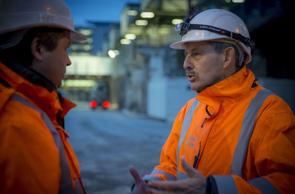 Peter Maile (rechts) sucht regelmäßig das Gespräch. Zudem will er Präsenz auf der Baustelle zeigen. Foto: Lichtgut/Leif Piechowski