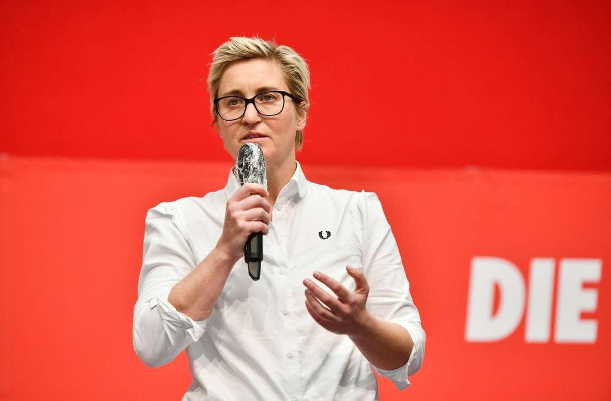 Susanne Hennig-Wellsow, Landesvorsitzende von Die Linke Thüringen, hält auf dem Landesparteitag der Linken Thüringen eine Rede. Das Hemd trägt das Logo der Marke Fred Perry. Foto: dpa/Frank May