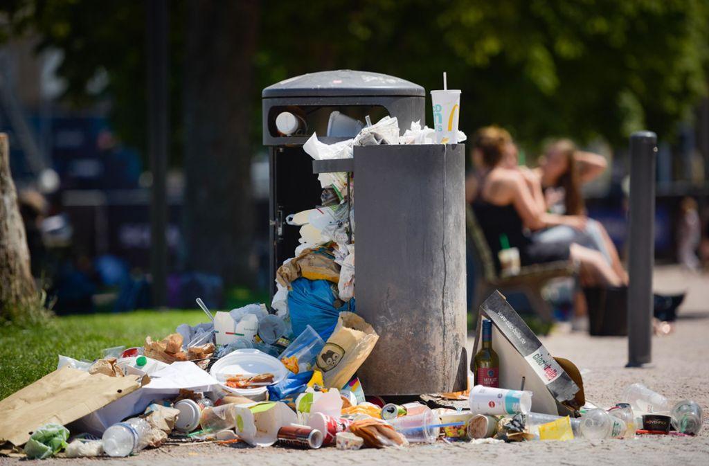 Junge Menschen kaufen sich häufig Essen, das in Einwegverpackungen steckt. Foto: Lichtgut