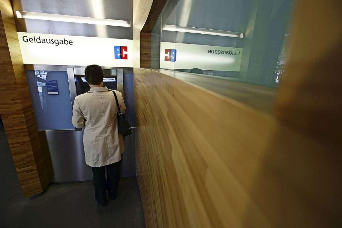 In der Filiale der  BW-Bank in Plieningen steht  Kunden  derzeit nur der Bankautomat zur Verfügung.. Foto: Archiv/Michael Steinert