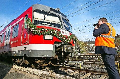 Blumenschmuck zum Abschied: Der ET 420 wird ausrangiert. Foto: Horst Rudel