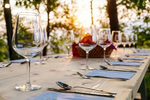 Schön gedeckte Tische unter strahlend blauem Himmel. Jetzt müssen nur noch die Gäste kommen. Doch auch wenn sie es zahlreich tun, sind die finanziellen Einbußen laut Dehoga durch die Schließzeiten enorm.