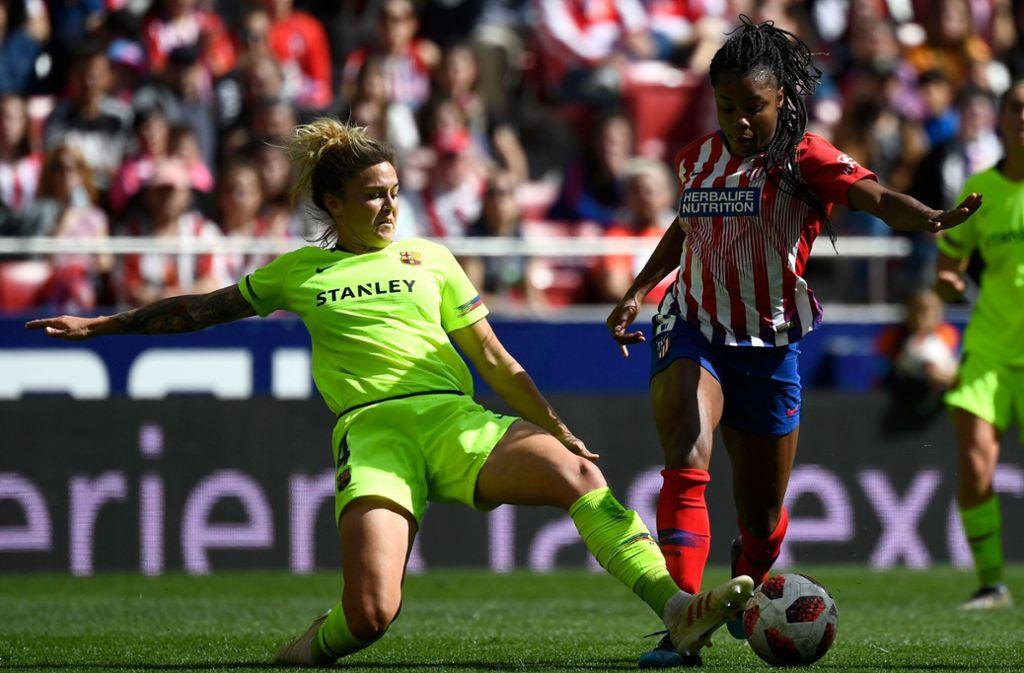 Der spanische Frauenfußball (hier eine Szene aus dem Spiel zwischen Atletico Madrid und dem FC Barcelona) ist im Unterschied zum deutschen ein Publikumsmagnet. Foto: AFP
