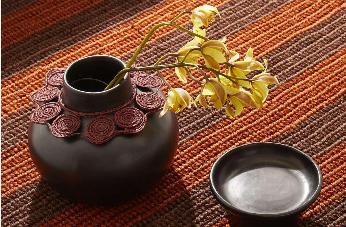 Vase aus Terrakotta mit Bastring in dunklem Ton aus Kolumbien, entworfen von der italienischen Designerin Cristina Celestino für Ames. Foto: Hersteller/Ames