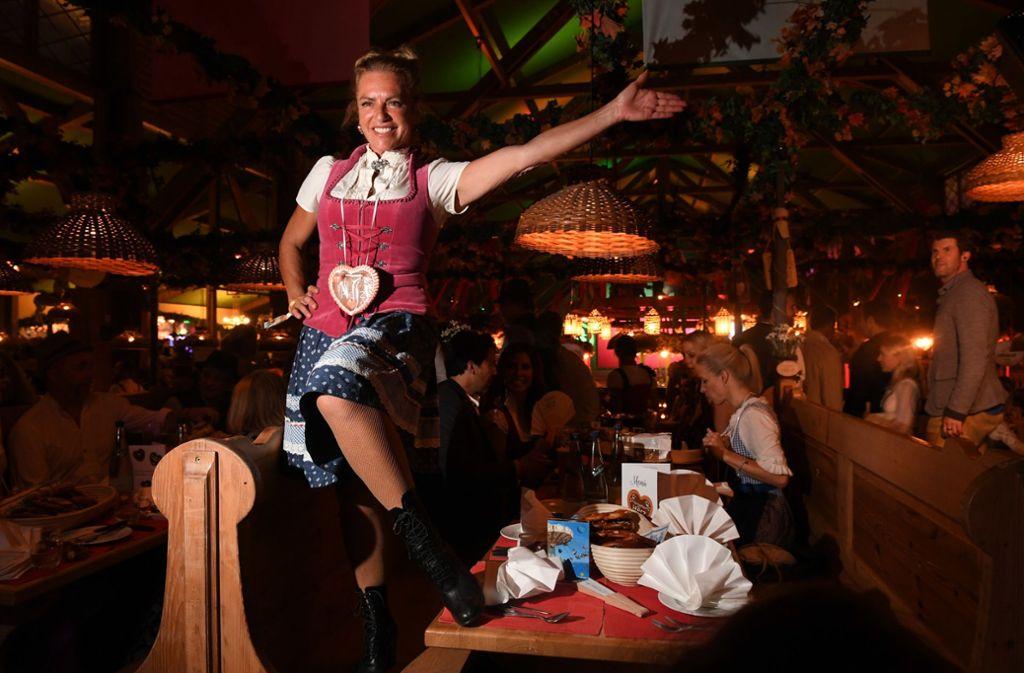 Schauspielerin Christine Neubauer feiert in Kufflers Weinzelt. Foto: dpa/Felix Hörhager