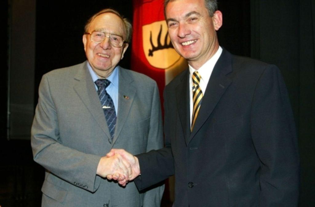 Bei seiner eigenen Amtseinführung war der Handschlag (hier mit Altstadtrat Hans Bernlöhr) kein Problem. Foto: Rudel