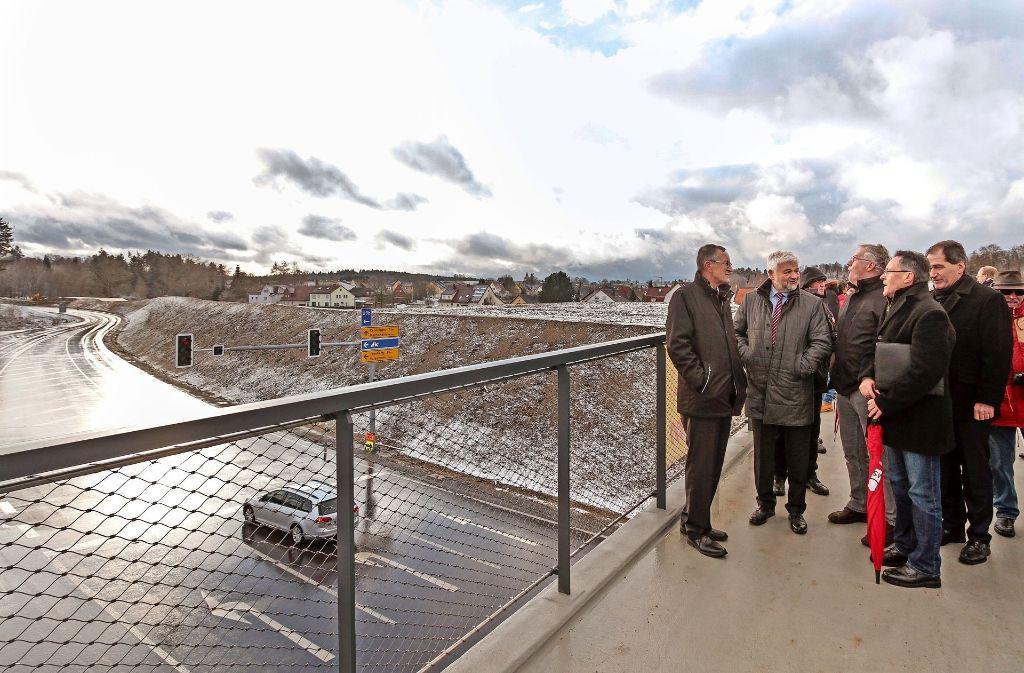 Von der Fußgänger- und Radlerbrücke über die neue  Perouser Ostumfahrung bekommt der Betrachter einen guten Überblick über das aufwendige Projekt Foto: factum/Bach