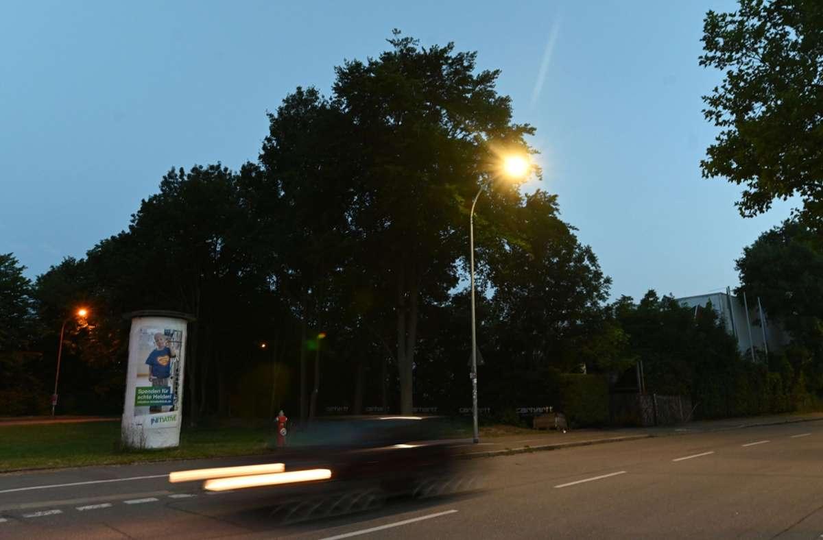 Freiburg: Ein Auto fährt an einem Diskothekengelände vorbei. Mitte Oktober 2018 war dort eine 18-Jährige nachts in einem Gebüsch vor einer Diskothek von mehreren Männern vergewaltigt worden. Foto: dpa/Patrick Seeger