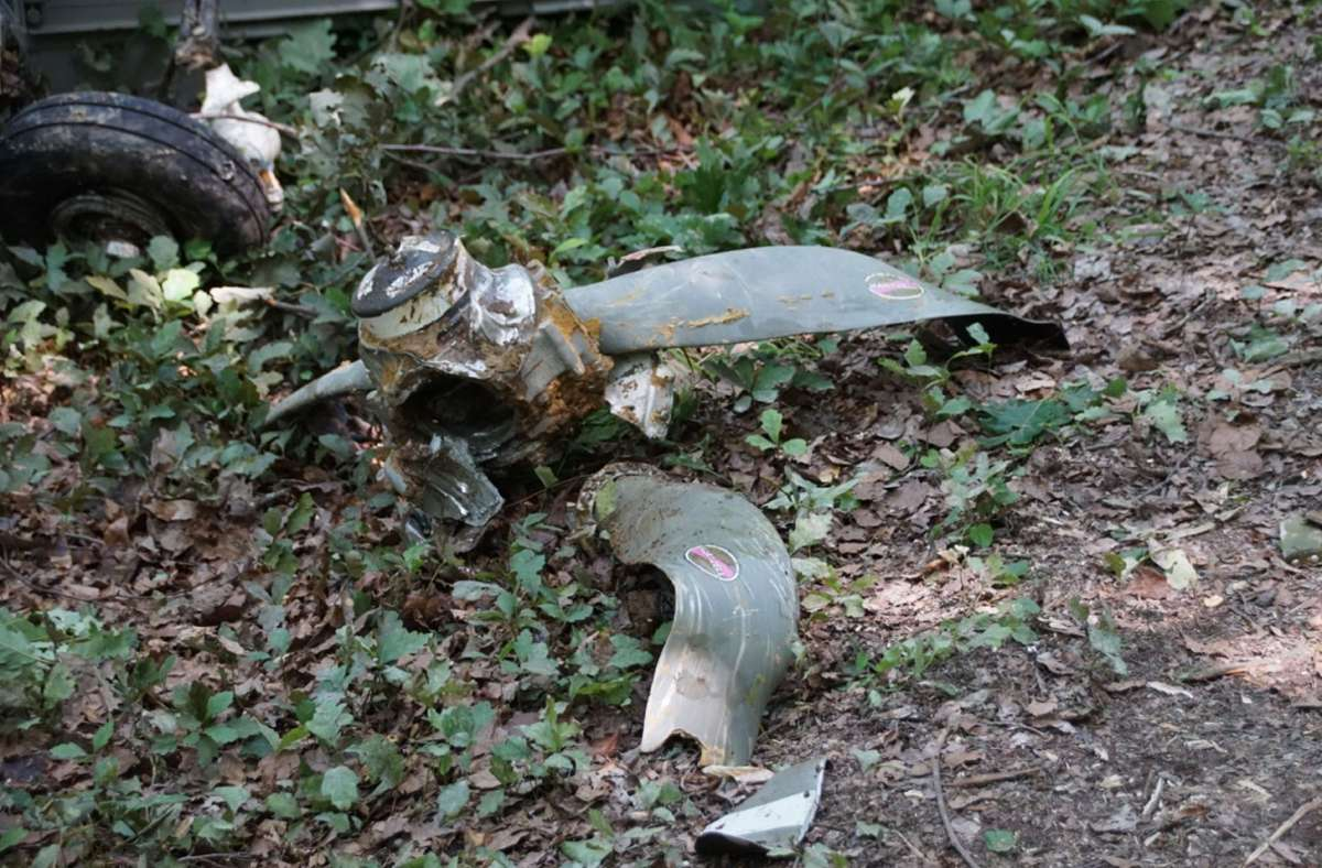 Die Wrackteile der Maschine hatten sich zum Teil tief in den Waldboden gebohrt. Foto: SDMG/SDMG / Boehmler