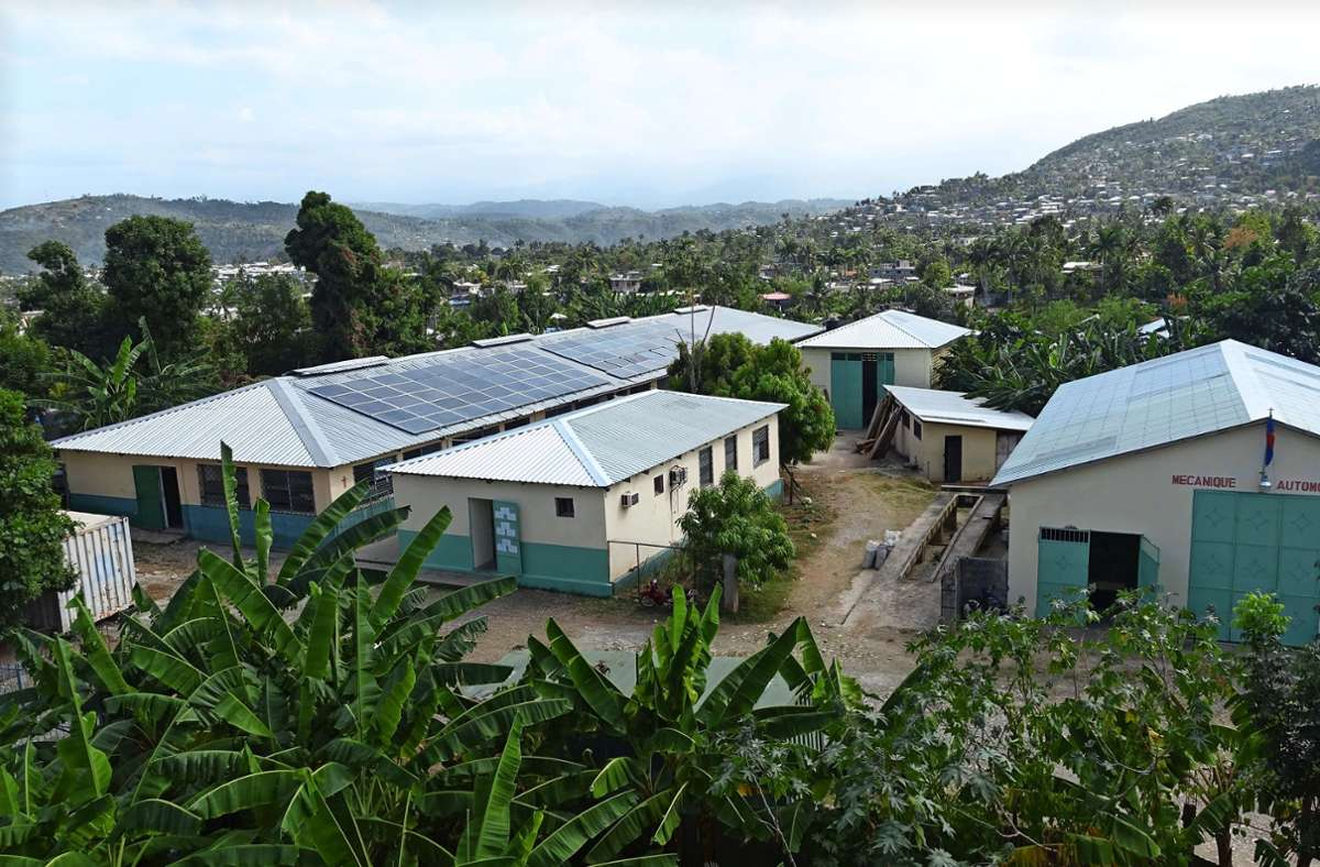 Das Ausbildungs- und Produktionszentrum CTSJ in Jérémie wurde erdbebensicher gebaut und hatte keine Schäden zu verzeichnen, aber er Turm der  Kathedrale ist eingestürzt. Foto: Pro Haiti