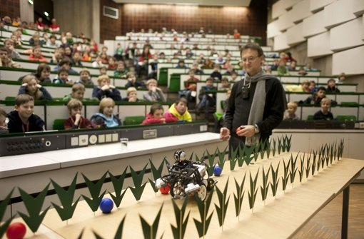 Professor Hans-Werner Griepentrog beobachtet, wie der Roboter Amadillo eine Reihe von nachgebauten Pflanzen durchquert und dabei Bälle erkennt. Foto: Horst Rudel