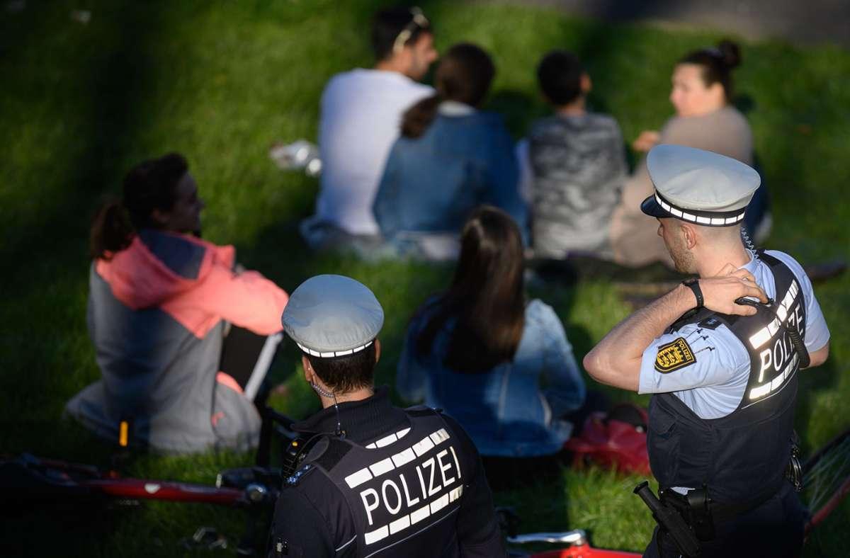 Wer in Essen einen Corona-Verstoß melden will, muss dafür nicht zwangsläufig die Polizei verständigen. (Symbolfoto) Foto: dpa/Sebastian Gollnow