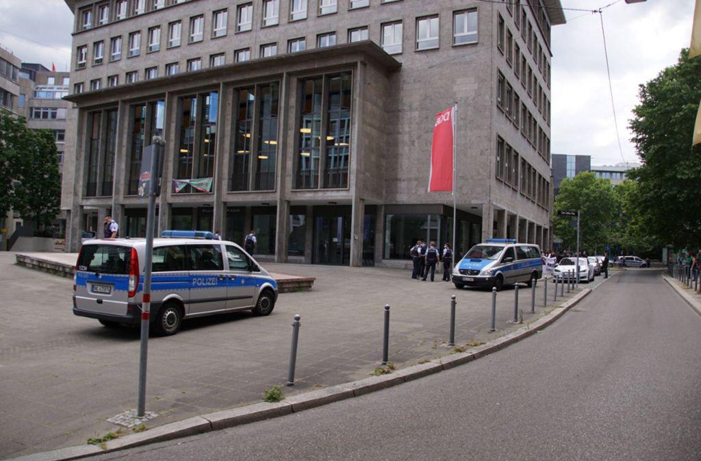 Das DGB-Haus nach dem Polizeieinsatz. Das Banner der Identitären Bewegung wurde mittlerweile wieder entfernt. Foto: 7aktuell.de/Andreas Werner