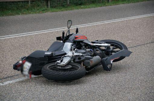 Autofahrerin stößt mit Motorrad zusammen
