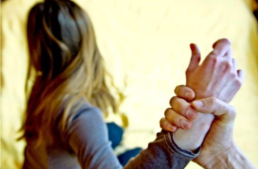 Insgesamt 378 Strafanzeigen wegen häuslicher Gewalt an Frauen wurden 2015 im Landkreis Ludwigsburg registriert. Besonders bei Flüchtlingen ist die Dunkelziffer  hoch. Foto: dpa