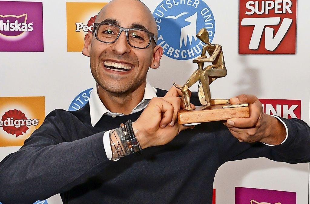 """Marcel Yousef, der Projektleiter der Stuttgarter Aktion """"Silberpfoten"""", mit  dem Tierschutzpreis. Foto: Tölle"""