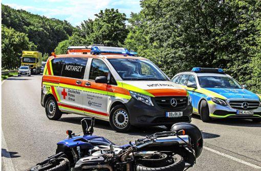 Biker stürzt: Autos prallen zusammen
