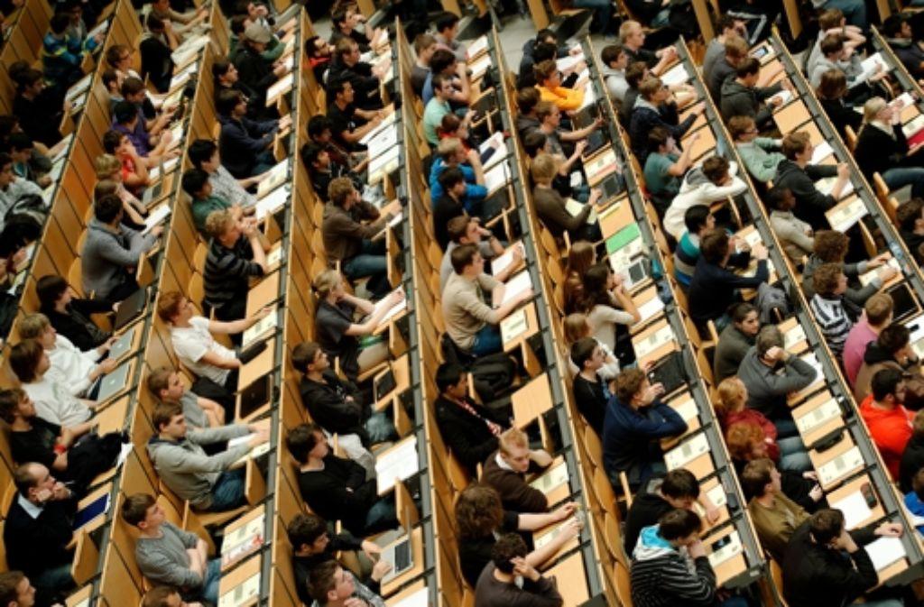Sowohl die Universität Stuttgart als auch die Hochschule der Medien sind bei angehenden Akademikern beliebt. Die Folge sind volle Hörsäle. Foto: dpa